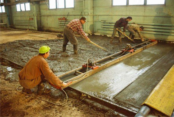 Процесс заливки и выравнивания бетона