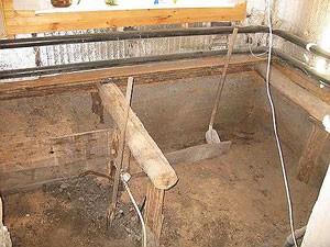 Снимите верхний слой почвы на 20-25 см по всей площади, которая будет заливаться бетоном