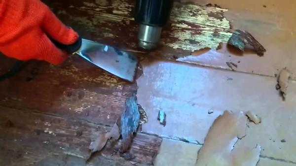 Снятие старой краски шпателем и строительным феном