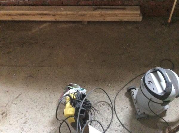 Удалите с бетона старую краску, следы масла и пыль
