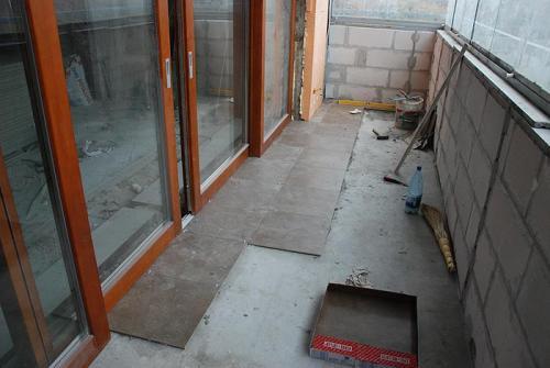 Укладка керамогранита на балконе