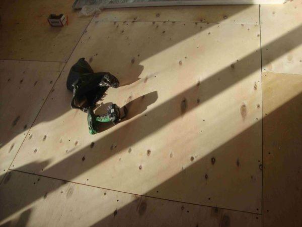 Фанера на лагах. Между стеной и листами зазор 10 мм