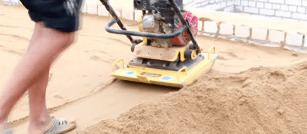 Трамбовка песчаной засыпки