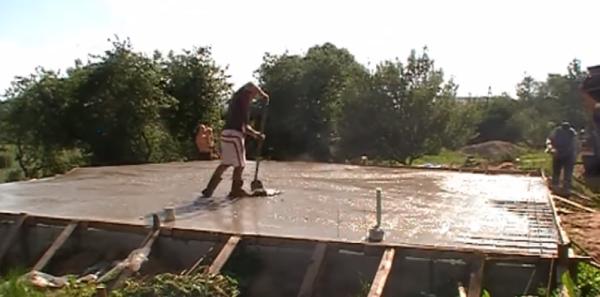 Процесс выравнивания свежезалитого бетона