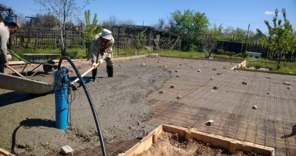 Процесс заливки и выравнивания бетонного слоя