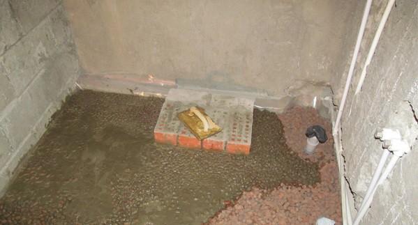 Керамзит проливают цементным молочком