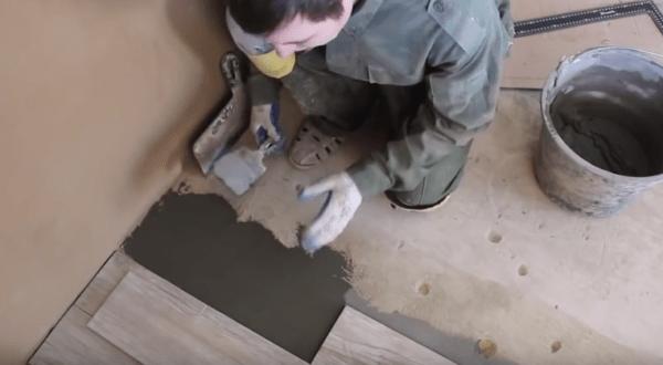 Нанесение клея плоским шпателем