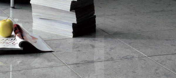 Полированный керамогранит серого цвета на полу