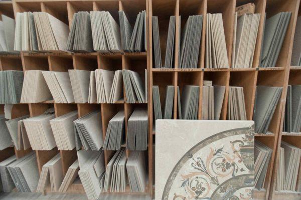 В керамотеке хранится каждый тон, каждая модель плитки из каждой партии, выпускаемой фабрикой. Нечто, вроде местной библиотеки плитки