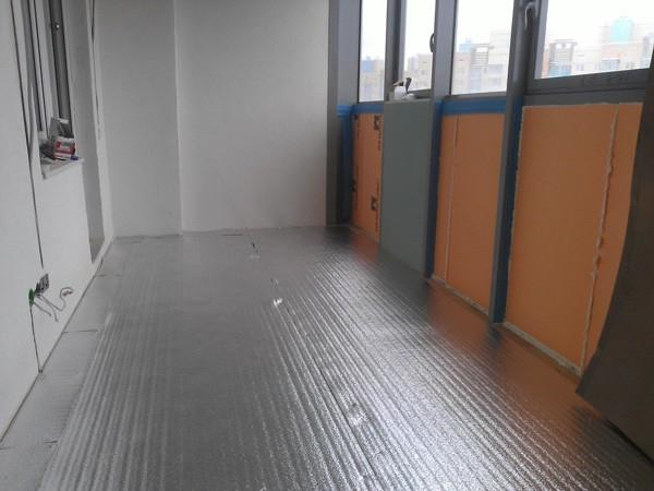 Всю поверхность пола балкона застилаем фольгированной подложкой «Мегаизол 3 мм»