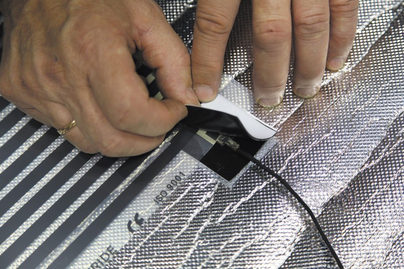Изолируем открытые участки токопроводящей шины и серебряных контактов, которыми она присоединяется к графитовым нагревателям
