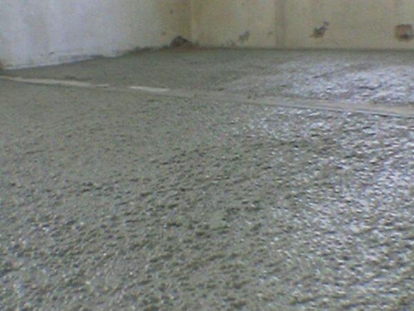 На фото щебень пролит цементным молочком