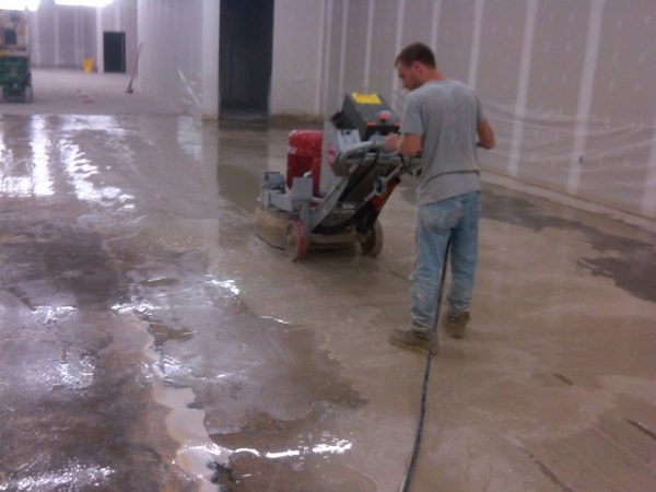 Очистка бетонного пола