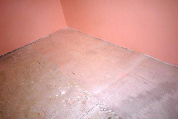 Раскатайте рулон полосой вдоль одной из стен
