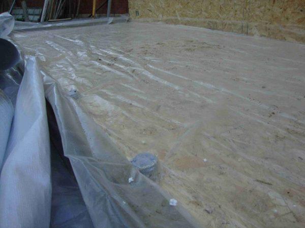 Расстеленная на полу пленка выполняет роль гидроизоляции