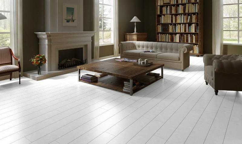Удачное сочетание белого ламината и темной мебели