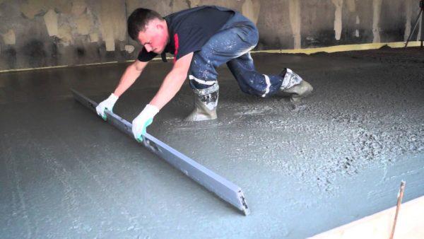 На фото процесс заливки бетонного пола