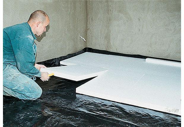 На фото укладка утеплителя поверх изоляционной пленки