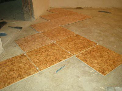 """Предварительное раскладывание плитки на полу """"насухо"""""""