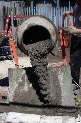 Выгрузка готового раствора из бетономешалки