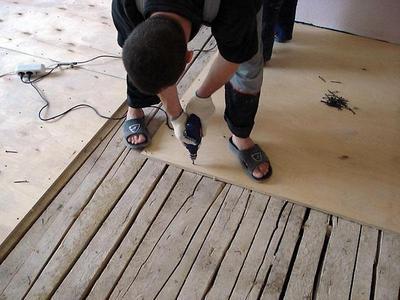 Очень часто старый деревянный пол проще будет укрыть слоем фанеры