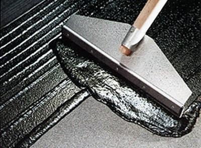 Обмазка поверхности пола густой битумосодержащей мастикой