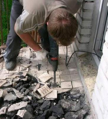 Трудоемкая, но необходимая работа - демонтаж старого покрытия