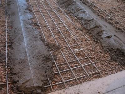 Маячки фиксируются цементным раствором строго в горизонтальной плоскости