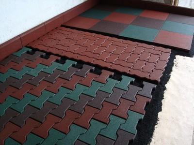 Покрытие можно выложить из каучуковой плитки различного формата