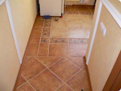 Оригинальное совмещение нескольких техник укладки плитки делит помещение на две зоны