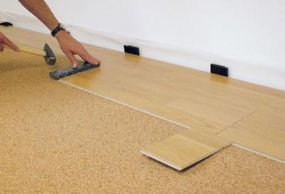 После соединения панель слегка простукивают для полного защелкивания замка. Обратите внимание на распорки вдоль стены
