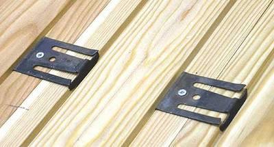 Скрытые металлические скобы крепятся к тыльной стороне доски