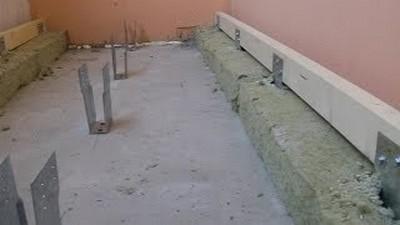 В первую очередь монтируют лаги, расположенные ближе к стенам