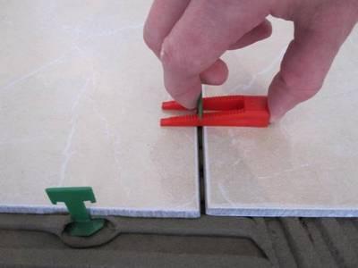 Удобные современные приспособления для выдерживания толщины швов и уровня поверхности