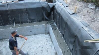 Стены также лучше будет гидроизолировать снаружи
