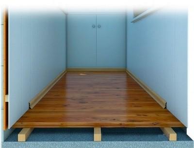 С помощью лаг можно получить идеально ровную поверхность пола на балконе
