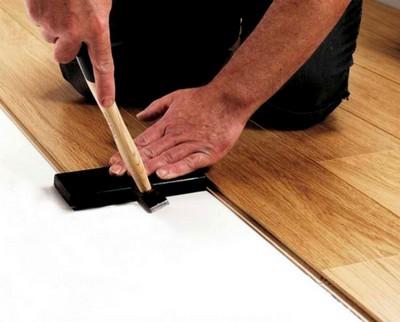 Подбивание панелей молотком для срабатывания замка