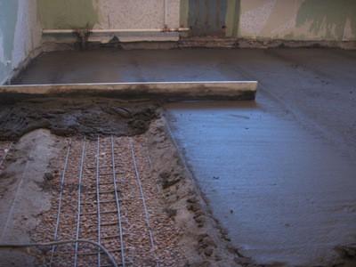 Для большей прочности и надежности бетонную стяжку следует армировать