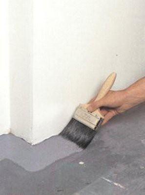 Начать лучше кистью - окрасить  углы и другие труднодоступные места