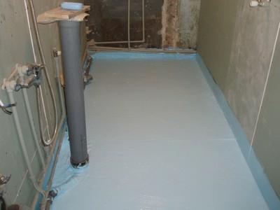 Вся поверхность пола в ванной обработана обмазочной гидроизоляцией