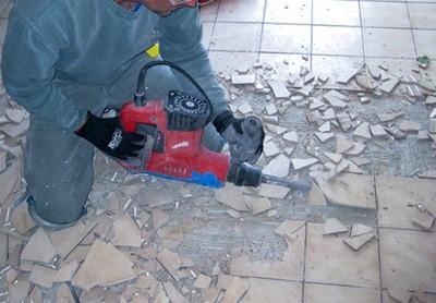 Не самый приятный, но, увы, неизбежный процесс демонтажа старого покрытия