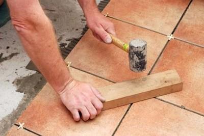 Иногда есть смысл подбить выступающую плитку резиновым молотком через деревянную прокладку