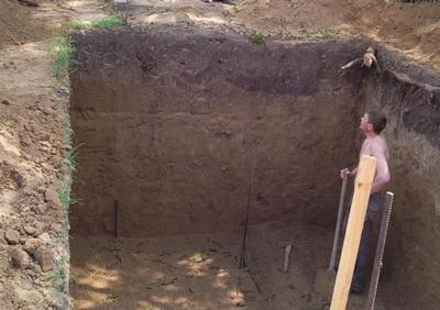 Выкапывание котлована для погреба