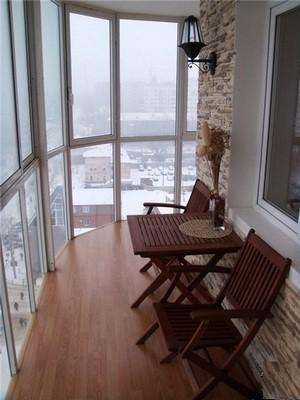 Практичный и красивый пол на балконе преобразит это помещение