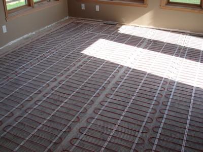 Удобнее всего электрический теплый пол устраивать с помощью готовых обогревательных матов