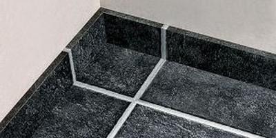 Идеально подогнанные швы на напольной керамической плитке и на плинтусе