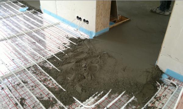 Быстрая укладка тёплого пола происходит благодаря минимальному количеству воды в песчано-цементном растворе стяжки