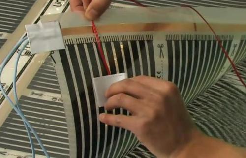 Датчик температуры крепится к черной полосе пленки