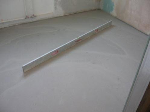 Для выравнивания подойдет как обычный бетонный раствор, так и любая смесь для стяжки пола