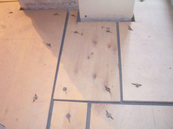 Если ваш старый пол деревянный, потребуется тщательная подготовка перед укладкой ламината